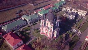 Flyg över kristen kyrklig kupol eller kloster stock video