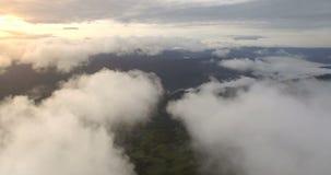 Flyg över moln som flyger över bergen, morgondimma stock video