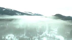 Flyg över molnen i den alaskabo vintertiden lager videofilmer