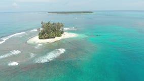 Flyg-: flyg över reven för korall för vatten för turkos för karibiskt hav för strand för tropisk ö den vita Indonesien Sumatra Ba lager videofilmer