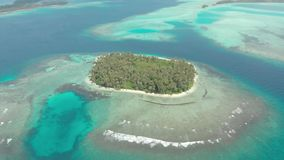 Flyg-: flyg över reven för korall för vatten för turkos för karibiskt hav för strand för tropisk ö den vita Indonesien Sumatra Ba arkivfilmer