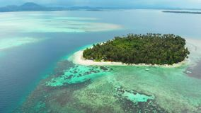 Flyg-: flyg över reven för korall för vatten för turkos för karibiskt hav för strand för tropisk ö den vita Indonesien Sumatra Ba stock video