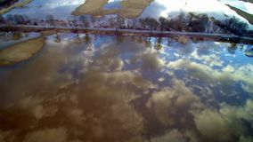 Flyg över sjön och vägen lager videofilmer