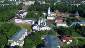 Flyg över St Sophia Cathedral, sommardag novgorod veliky russia arkivfilmer