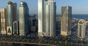 Flyg över staden från en höjd av 150 meter Sharjah lager videofilmer