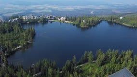 Flyg över Strbske Pleso, Slovakien arkivfilmer