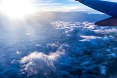 Flyg över tjocka moln royaltyfria bilder