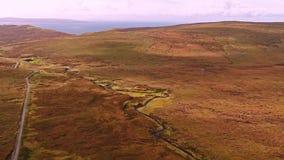 Flyg över vägen för bergpasserande på överkanten av Quiraing från Staffin till Uig - ö av Skye, Skottland arkivfilmer