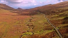 Flyg över vägen för bergpasserande på överkanten av Quiraing från Staffin till Uig - ö av Skye, Skottland lager videofilmer