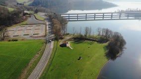 Flyg över vägen vid sjön på våren stock video