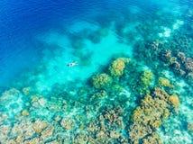 Flyg- överkant ner folk som snorklar på det tropiska karibiska havet för korallrev, turkosblått vatten Indonesien Banyak öar Suma arkivbild