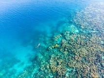 Flyg- överkant ner folk som snorklar på det tropiska karibiska havet för korallrev, turkosblått vatten Indonesien Banyak öar Suma arkivbilder