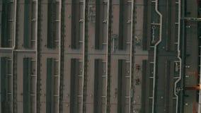 Flyg- överkant ner sikt av en stor bilfabrik i aftonen stock video