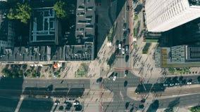Flyg- överkant ner sikt av gator och byggnader i Warszawamitten, Polen arkivfilmer