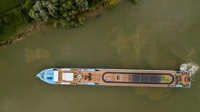 Flyg- överkant ner sikt av turismmotorbåten på floden garonne, Bordeaux vingård royaltyfri bild