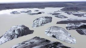 Flyg- överkant ner sikt med surret över av isberg som svävar i Svinafellsjokull sjön, Vatnajokull nationalpark, Island arkivfilmer