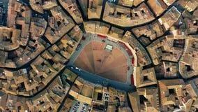 Flyg- överkant ner sikten av Siena cityscape som gäller berömda Piazza del Campo eller den Campo fyrkanten italy tuscany arkivfilmer