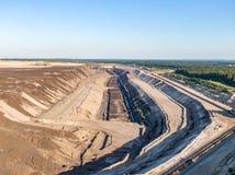 Flyg- aftonsolnedgångsikt av Welzow Sud, en av de största fungerande tyska öppna - miner för lignit för brunt kol för ensemble nä royaltyfri foto