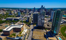 Flyg- Austin Texas i stadens centrum skyskrapor och frostbanken står högt i avståndet på en västra sida för trevlig dag som ser ö Arkivbilder