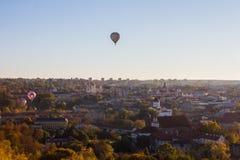 Flyg av ballonger över den gamla staden av Vilnius på solnedgången lithuania arkivbild