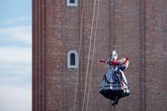 Flyg av `en Angelo på den årliga Venedig karnevalet, Venedig Italien för dell för ängelceremoniIl Volo royaltyfri fotografi