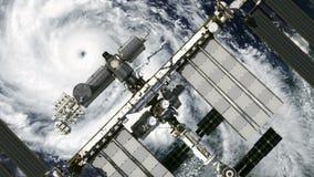 Flyg av internationella rymdstationen ovanför orkanen stock illustrationer