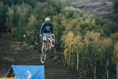Flyg av ryttaren på cykeln Arkivfoton