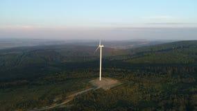 Flyg av vindgeneratorn på solnedgången lager videofilmer