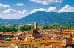 Flyg- bästa panoramautsikt av den Chiesa deiSanti Giovanni e Reparata katolska kyrkan i den medeltida staden Lucca för historisk  arkivfoton
