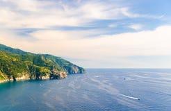 Flyg- bästa panoramautsikt av den Manarola byn på klippan och golfen av Genua, Ligurian hav, kustlinje av Riviera di Levante som  royaltyfria foton