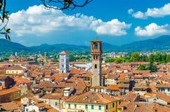 Flyg- bästa panoramautsikt av den medeltida staden Lucca för historisk mitt royaltyfri foto