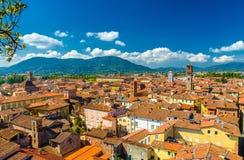 Flyg- bästa panoramautsikt av den medeltida staden Lucca för historisk mitt royaltyfria bilder
