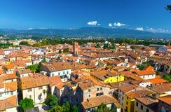 Flyg- bästa panoramautsikt av den medeltida staden Lucca för historisk mitt arkivfoton