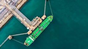 Flyg- bästa sikt av den gröna oljetankerlastskytteln under lastope Fotografering för Bildbyråer