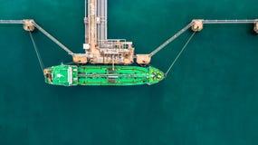 Flyg- bästa sikt av den gröna oljetankerlastskytteln under lastope Royaltyfria Bilder