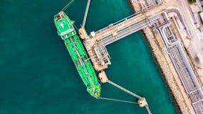 Flyg- bästa sikt av den gröna oljetankerlastskytteln under lastope Royaltyfri Bild