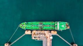 Flyg- bästa sikt av den gröna oljetankerlastskytteln under lastope Arkivfoton
