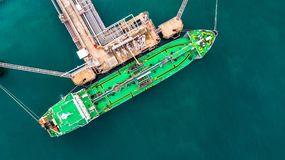Flyg- bästa sikt av den gröna oljetankerlastskytteln under lastope Arkivbilder