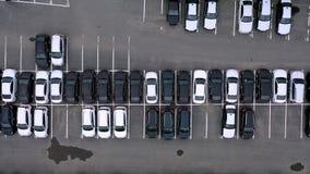Flyg- bästa sikt av den slutliga parkeringsplatsen för egenar med rader av nya svartvita bilar på lager videofilmer