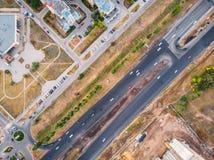 Flyg- bästa sikt av gatan för asfaltväg med biltrafik i stad, stads- trans.begrepp royaltyfri fotografi