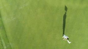 Flyg- bästa sikt av golfbanan i den lyxiga tropiska semesterorten Punta Cana, Dominikanska republiken stock video