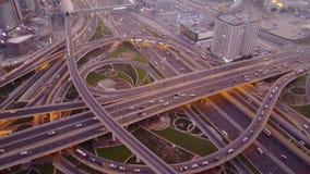 Flyg- bästa sikt av huvudvägföreningspunkten med trafik i Dubai, UAE, på solnedgången Berömd Sheikh Zayed väg i i stadens centrum fotografering för bildbyråer