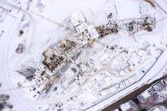 Flyg- bästa sikt av konstruktionsplatsen i vinter byggnad av nytt bostadsområde royaltyfria foton