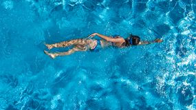 Flyg- bästa sikt av kvinnan i simbassängvatten från över, tropiskt semesterbegrepp arkivbilder