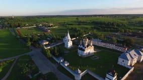Flyg- bästa sikt av kyrka- och gräsplanfält på en solig dag stock video