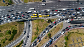 Flyg- bästa sikt av vägföreningspunkten från över, biltrafik och driftstopp av bilar, trans.begrepp Arkivfoto