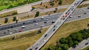 Flyg- bästa sikt av vägföreningspunkten från över, biltrafik och driftstopp av bilar, trans.begrepp Royaltyfri Bild