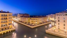 Flyg- bästa sikt för kanal in Venedig-som Qanat Quartier av den pärlemorfärg polisdistriktet av den Doha dagen till natttimelapse lager videofilmer