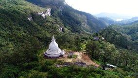 Flyg- bästa skott av den forntida templet i berg av Adam Peak i Sri Lanka arkivfilmer