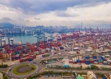 Flyg- b?sta sikt av beh?llarelastfartyget i det internationella godset f?r export och f?r f?r importaff?r och logistik i stads- s arkivfoto